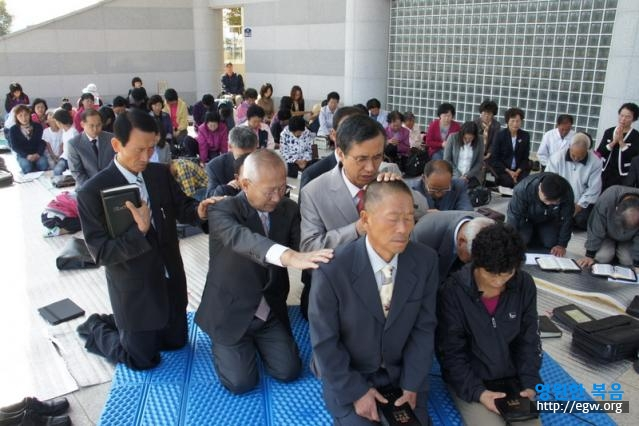 13. Special prayer for Elder Park.JPG